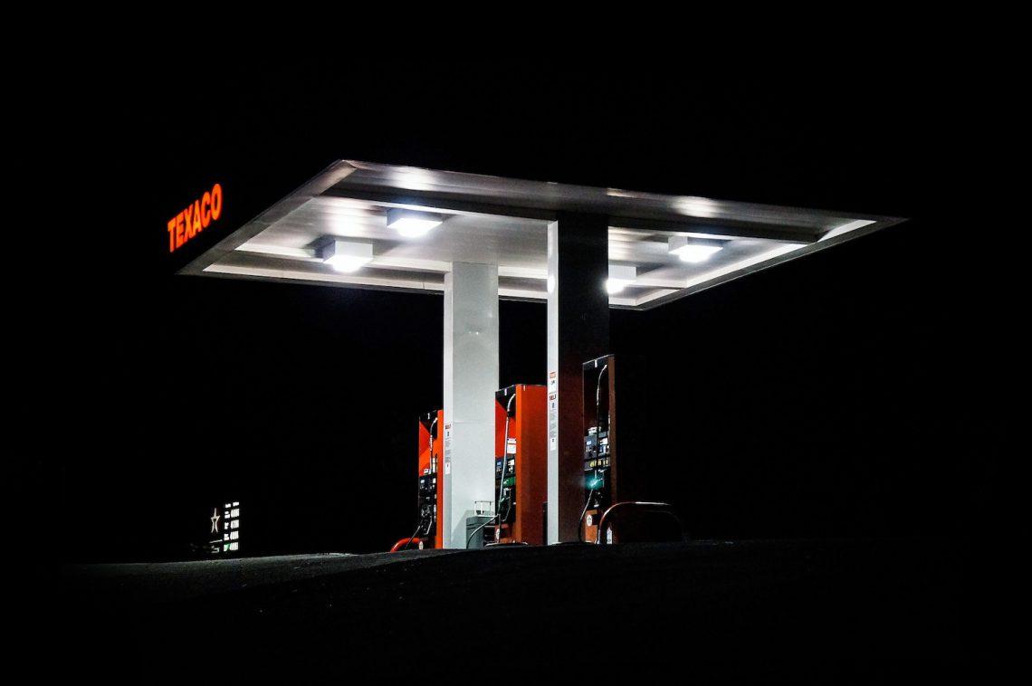 Eine beleuchtete Texaco Tankstelle bei Nacht. Symbolbild für den Dieselskandal.